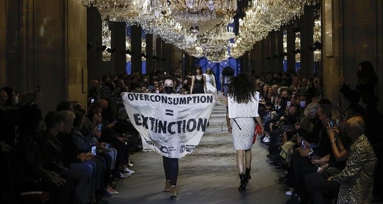 Ünlü markanın Paris'teki defilesinde sıra dışı protesto!